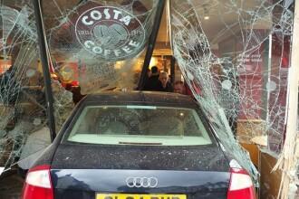 O masina a intrat cu viteza prin geamul unei cafenele si a ucis o persoana. Cine era la volan