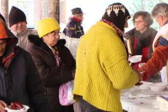 Voluntarii din Timisoara le-au oferit o masa calda celor nevoiasi in ziua de Craciun. Reactia sarmanilor din oras