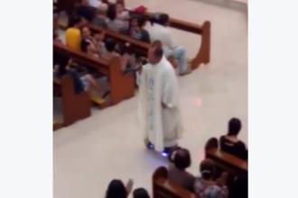 Popa si hoverboard-ul. Ideea inedita a unui preot filipinez pentru slujba din Ajun i-a adus o suspendare: VIDEO