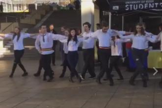Hora romaneasca, in campusul Universitatii Essex. Coregrafia speciala cu care studentii nostri au celebrat Ziua Nationala