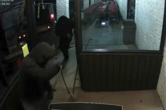 Au furat o masina de salubrizare si au parcat-o in fata unui magazin. Ce au pus la cale cei doi hoti. VIDEO