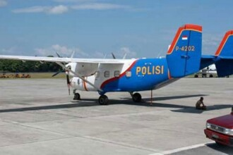 Un avion cu 15 oameni la bord s-a prabusit in Indonezia. Au fost gasite ramasitele navei, soarta pasagerilor e necunoscuta