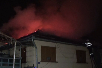Trei oameni au ramas pe drumuri, dupa ce le-a luat foc casa. Vecina lor a facut infarct cand a vazut flacarile