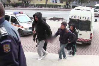 Cinci tineri din Suceava l-au torturat pe un batran de 70 de ani si apoi l-au talharit. Ce suma i-au furat victimei