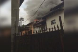 Sute de elevi ai unui liceu din Capitala, evacuati din cauza unui incendiu. Brigitte Sfat a venit imediat la fiul ei