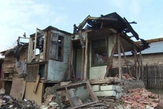 Noua suflete au ramas fara casa inainte de Sarbatori din cauza unui incendiu la acoperis. De la ce au pornit flacarile