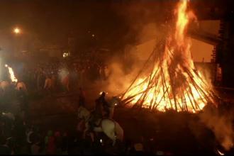 Intr-un oras din Spania, localnicii au facut un foc de tabara cu maturi. Care este legenda misterioasa din spatele traditiei