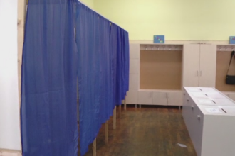 Incidente în ziua alegerilor. Vot întrerupt după ce au rămas fără buletine