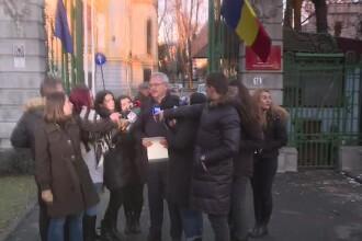 Cum a ajuns Liviu Dragnea sa vorbeasca cu presa, in frig, in loc sa stea inauntru: