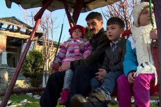 Un tata si cei cinci copii ai sai se lupta cu o realitate crunta: mama a murit intr-un accident de masina, iar casa le-a ars