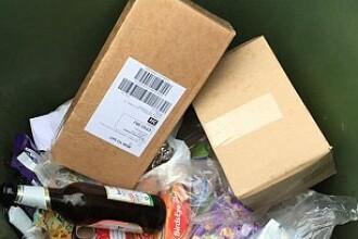 Un curier a aruncat coletele la gunoi dupa ce nu i s-a raspuns la usa. Mesajul lasat pe un bilet pentru destinatar