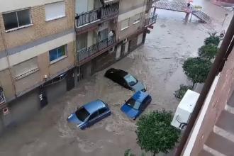 Inundatii devastatoare in orasul spaniol Murcia. Masinile au fost luate de ape, iar unii localnici au ramas blocati in ele