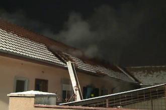 Acoperisul unei case a luat foc, iar o parte din pod s-a prabusit. De la ce a pornit incendiul