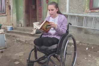 Povestea impresionanta a unei fete de 17 ani, imobilizata in scaun cu rotile. Cel mai mult isi doreste un telefon de la Mosul