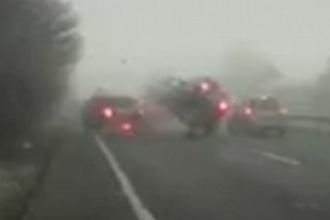 Accident cu 30 de masini pe autostrada A40 din Marea Britanie. O femeie a murit si doi pasageri sunt grav raniti