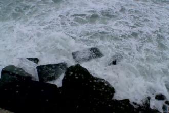 Furtuna la malul marii, operatiunile din porturi au fost suspendate. Oamenii au profitat de valuri pentru a face fotografii