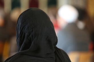 Tânără de origine musulmană, împiedicată să intre în McDonald's, din cauză că avea capul acoperit