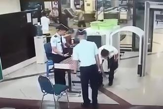 Momentul in care un pilot indonezian beat trece de control in aeroport. Reactia pasagerilor dupa ce a ajuns in cabina. VIDEO