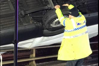 Un polițist a devenit erou, după ce a reușit să prevină prăbușirea unei mașini de pe un pod
