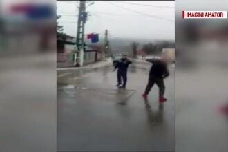Scene șocante filmate în Tulcea: un polițist s-a apărat cu pistolul de trecătorii violenți