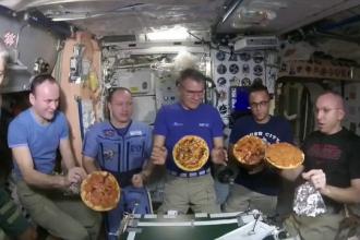 Imagini inedite date publicității de NASA - astronauți preparând pizza pe Stația Spațială Internațională