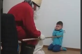 Copil, umilit și amenințat de iubitul mamei sale, care era deghizat în Moș Crăciun. VIDEO