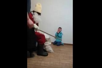 Anchetă în cazul imaginilor în care un bărbat costumat în Moş Crăciun terorizează un copil