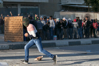 Ciocniri violente între forţele israeliene şi palestinieni. 200 de persoane au fost rănite