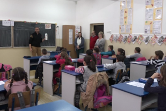 Planul unor profesori voluntari de a le preda, creativ, geografie și istorie, elevilor