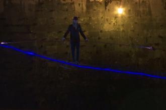 Un acrobat italian a făcut spectacol. A traversat pe sârmă râul Tibru, noaptea