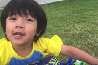 Un copil de doar 6 ani câștigă milioane de dolari pe Youtube făcând ce îi place cel mai mult