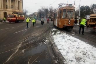 Un tramvai a deraiat după ce a fost izbit de un autoturism, în Iași. VIDEO