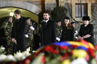 Cortegiul funerar al Regelui Mihai, întâmpinat la Palatul Regal de peste 1000 de persoane: