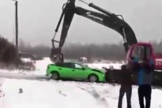 Cum s-a răzbunat șoferul unui excavator pe mașina agresorilor săi. VIDEO