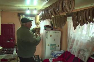 Pastramă, cârnați și șorici, trimise la pachet pentru românii din străinătate