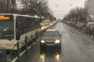 Un angajat al Primăriei Capitalei, concediat, după ce a fost surprins conducând pe linia de tramvai