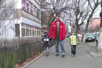 Tatăl suferă de probleme grave, iar mama i-a părăsit când aveau câteva luni. De Crăciun, vor să vină Moșul pe la ei