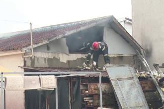Spălătorie auto din Oradea, în flăcări. Pompierii, nevoiți să taie acoperișul
