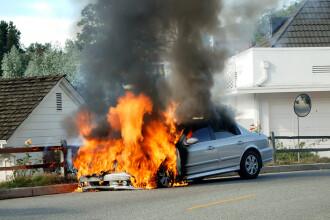 Mașina în care se aflau prezentatorii Top Gear a luat foc în timpul filmărilor. FOTO