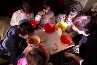 """Povestea emoţionantă a 5 copii din Braşov chinuiți de tatăl alcoolic: """"Le lua carnea și le lasă ciorba"""""""
