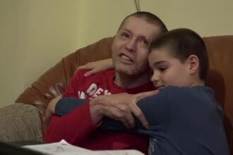 Doi frați îl roagă pe Moș Crăciun să îi aducă sănătate tatălui lor, care este aproape orb