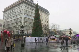 Brad de Crăciun din plastic în valoare de peste 80 de mii de euro, în Belgrad. Locuitorii, revoltați