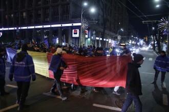 """Peste 2.500 de persoane au protestat în Bucureşti şi în mai multe orașe din ţară. """"Hoţia sufocă România"""