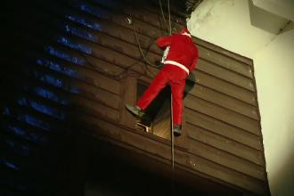 Moş Crăciun a coborât în rapel de pe acoperişul unui hotel în Brașov. Reacțiile copiilor