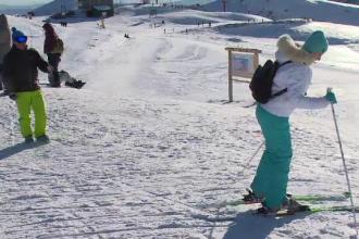 Mii de turiști se bucură de zăpada de la munte. Cât costă o zi la schi