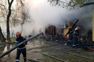 Incendiu de proporţii la o clădire a Administraţiei Lacuri Parcuri din Capitală. FOTO