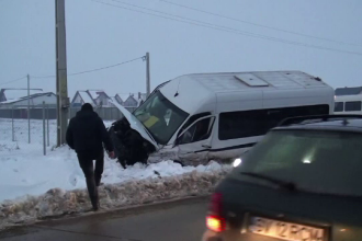 """Microbuz, implicat într-un grav accident la Suceava: """"Am venit cu capul în parbriz"""""""