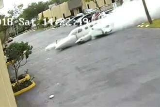 Momentul în care un avion se prăbușește și lovește o clădire