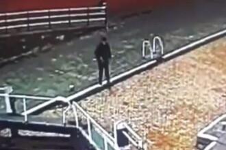 Ce a pățit un tânăr care mergea pe stradă cu ochii ațintiți spre telefonul mobil. VIDEO