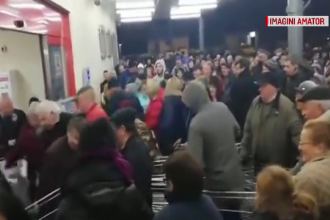Oamenii s-au călcat în picioare într-un magazin din Baia Mare ca să prindă promoția la carne